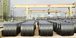 Bobinas de áco na fábrica de aço da ThyssenKrupp nos EUA em Calvert, Alabama. As novas encomendas por bens industriais nos Estados Unidos caíram em outubro, resultado da fraca demanda por bens de capital e aviões, indicando esfriamento no setor manufatureiro. 22/11/2013 REUTERS/Lyle Ratliff