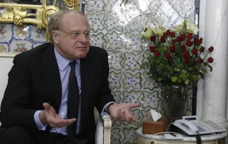 Paolo Scaroni, chief executive officer of Italian energy company ENI, speaks with Tunisian Prime Minister Ali Larayedh (not pictured) in Tunis April 19, 2013. REUTERS/Zoubeir Souissi