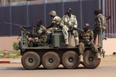 Soldados Seleka em um veículo militar durante confrontos em Bangui, na República Centro-Africana. Pelo menos 23 pessoas foram mortas e outras 64 ficaram feridas em confrontos armados entre rebeldes que controlam a cidade e milicianos, segundo uma testemunha da Reuters. 05/12/2013 REUTERS/Emmanuel Braun