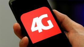 La perspective d'une sortie de crise prochaine sur le marché français du mobile risque de s'éloigner après l'annonce par Free de l'intégration de la 4G dans ses forfaits low-cost qui devrait maintenir la pression sur les prix, selon les experts du secteur. /Photo d'archives/REUTERS/Arnd Wiegmann