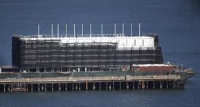 Estrutura misteriosa construída em uma barcaça vista na Baía de San Francisco, Califórnia. A agência que supervisiona o desenvolvimento na Baía de San Francisco iniciou uma investigação formal sobre a construção da misteriosa barcaça do Google em uma ilha na baía. 28/10/2013 REUTERS/Stephen Lam