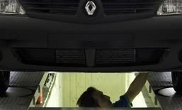 Renault a reçu jeudi le feu vert pour construire sa première usine automobile en Chine, dans le cadre d'une coentreprise à parité avec le constructeur automobile public Dongfeng, déjà partenaire de Nissan et de PSA Peugeot Citroën. /Photo d'archives/REUTERS/Raheb Homavandi