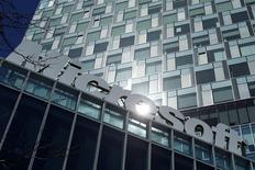 El logo de Microsoft en sus oficinas de Bucarest, mar 20 2013. Microsoft Corp se comprometió a enfrentar ante la corte cualquier intento de los organismos de inteligencia de Estados Unidos de incautar datos de sus clientes extranjeros bajo las leyes locales de vigilancia, en un esfuerzo por tranquilizar a los nerviosos usuarios internacionales. REUTERS/Bogdan Cristel