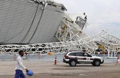Acidente em estádio de São Paulo para a Copa do Mundo, ocorrido em 27 de novembro, vai atrasar obras. A arena será entregue em abril, confirmou a Fifa nesta quinta-feira. REUTERS/Paulo Whitaker