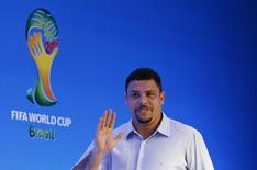 O ex-atacante Ronaldo acena ao chegar para entrevista na Bahia nesta quinta-feira. REUTERS/Sergio Moraes