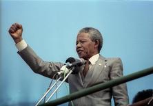 African National Congress (ANC) vice-president, Nelson Mandela, addresses a capacity crowd at a rally in Port Elizabeth in this April 1, 1990 file photo. REUTERS/Juda Ngwenya/Files