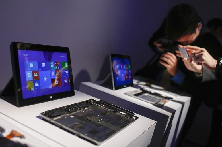 Members of the media take pictures of Surface 2 tablets during the launch of the Microsoft Surface 2 tablets in New York September 23, 2013. REUTERS/Shannon Stapleton