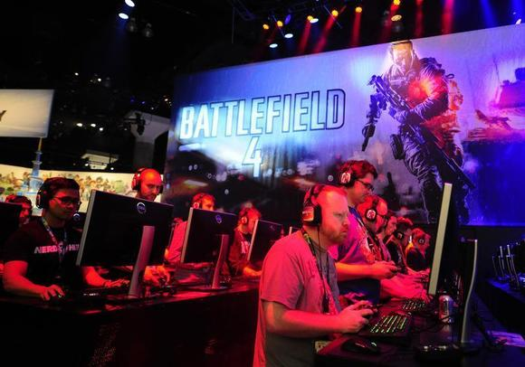 Gamers play Battlefield 4 during E3 in Los Angeles, California June 12, 2013. REUTERS/Gus Ruelas/Files