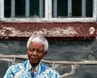 Нельсон Мандела сидит под окном своей камеры в тюрьме на острове Роббен близ Кейптауна 28 ноября 2003 года. Борец с режимом апартеида и лауреат Нобелевской премии мира Нельсон Мандела скончался в четверг в своем доме в Йоханнесбурге в возрасте 95 лет после продолжительной борьбы с легочной инфекцией. REUTERS/Mike Hutchings