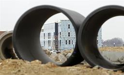 Unos edificios en construcción en Alexandria, EEUU, feb 16 2012. - La economía de Estados Unidos creció más velozmente a lo estimado inicialmente en el tercer trimestre debido a que las empresas acumularon existencias agresivamente, mostró un informe publicado el jueves por el Departamento de Comercio. REUTERS/Kevin Lamarque