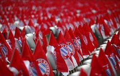 """Флаги """"Баварии"""" на сидениях стадиона в Мюнхене перед матчем чемпионата Германии против дортмундской """"Боруссии"""" 1 декабря 2012 года. REUTERS/Kai Pfaffenbach"""