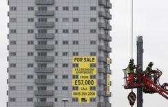 """Рабочие на строительной площадке в Лестере 26 октября 2010 года. Великобритания намерена взимать налог на прирост капитала с иностранных инвесторов в свою недвижимость с 2015 года в стремлении развеять опасения о том, что богатые иностранцы надувают жилищный """"пузырь"""", выталкивая с рынка местных. nREUTERS/Darren Staples"""