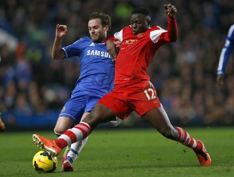 Chelsea's Juan Mata (L) challenges Southampton's Victor Wanyama during their English Premier League soccer match against Southampton at Stamford Bridge in London December 1, 2013. REUTERS/Eddie Keogh