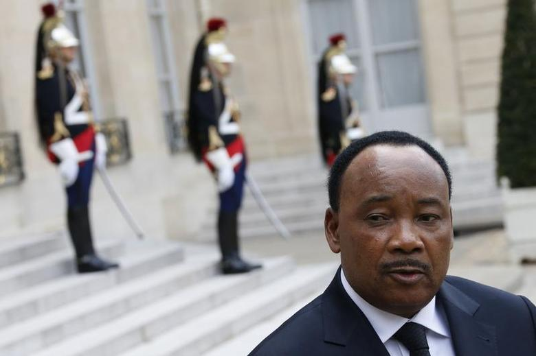 Niger's President Mahamadou Issoufou talks to journalists after a meeting with French President at the Elysee Palace in Paris May 10, 2013. REUTERS/Gonzalo Fuentes