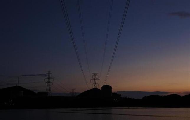 12月6日、総合資源エネルギー調査会基本政策分科会は、原子力発電を重要電源として活用していくことなどを盛り込んだ基本計画の原案を提示した。写真は福井県の原発から敷設された送電線。2011年7月撮影(2013年 ロイター/Issei Kato)