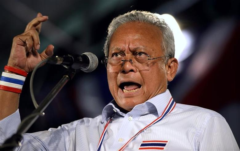 Protest leader Suthep Thaugsuban stresses a point as he addresses anti-government protesters at the occupied Government complex in Bangkok December 6, 2013. REUTERS/Dylan Martinez