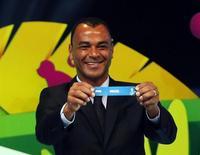 O ex-jogador Cafu exibe papel com o nome do Brasil durante sorteio dos grupos da Copa do Mundo de 2014, na Costa do Sauípe, Bahia, nesta sexta-feira. 06/12/2013 REUTERS/Sergio Moraes