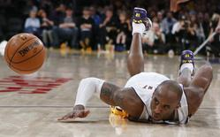 Los Angeles Lakers Kobe Bryant dives for a loose ball during their NBA game against the Chicago Bulls in Los Angeles, March 10, 2013. REUTERS/Lucy Nicholson