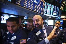 Operadores trabajan en la Bolsa de Nueva York. 4 de septiembre, 2013. Las acciones cerraron en alza el viernes en Nueva York, en una sesión en la que tanto el promedio Dow Jones como el índice S&P 500 cortaron una racha negativa de cinco jornadas luego de que un sólido reporte de empleo dio confianza a los operadores sobre una mejoría de la economía.
