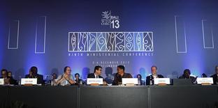 O diretor-geral da OMC, Roberto Azevêdo (centro-esquerda) cumprimenta o chairman Gita Wirjawan após declrarar o fim de congerência em Nusa Dua, em Bali, na Indonésia. 7/12/2013 REUTERS/Edgar Su