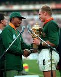 Mandela cumprimenta o então capitão do time de rúgbi Springbok, Francois Pienaar, na final da Copa do Mundo em 1995