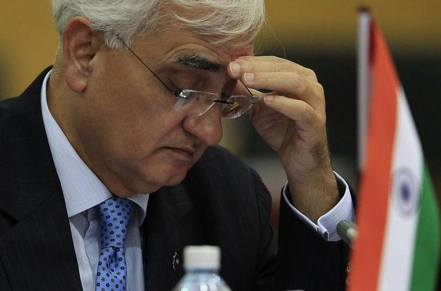 India's Foreign Minister Salman Khurshid reads a document during a pre-Commonwealth Heads of Government Meeting (CHOGM) in Colombo November 14, 2013. REUTERS/Dinuka Liyanawatte