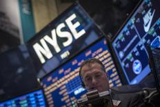 Wall Street est bien partie pour réaliser sa meilleure année depuis 1998 mais dans le même temps les entreprises américaines se font du souci pour leurs résultats du quatrième trimestre. L'indice Standard & Poor's 500 a gagné 26,6% depuis le début de l'année et est bien parti pour signer sa meilleure performance annuelle en 15 ans. /Photo prise le 25 novembre 2013/REUTERS/Brendan McDermid
