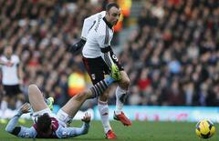Dimitar Berbatov (direita), do Fulham, é desafiado por Chris Herd, do Aston Villa, durante partida em Craven Cottage, Londres. 8/12/2013 REUTERS/Stefan Wermuth