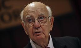 L'ancien président de la Réserve fédérale américaine Paul Volcker, auteur d'une règle qui entend interdire aux banques de spéculer avec leurs propres bénéfices. Lorsque les régulateurs des Etats-Unis adopteront mardi la règle Volcker, ils honoreront une promesse. Pour autant, cela ne devrait pas empêcher les institutions financières de saisir les tribunaux dans l'espoir d'échapper aux retombées les plus cuisantes de l'offensive réglementaire qui a fait suite à la crise financière. /Photo prise le 29 mai 2013/REUTERS/Mike Segar