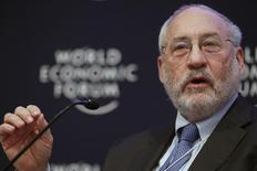 Imagen de archivo del Premio Nobel de Economía Joseph Stiglitz tomada durante una sesión del Foro Económico Mundial en Davos. REUTERS/Vincent Kessler. América Latina seguirá teniendo un buen desempeño económico en los próximos años impulsado por la demanda de China de las materias primas que exporta la región, a pesar de la desaceleración de la economía del país asiático, dijo el sábado a Reuters el premio Nobel de Economía Joseph Stiglitz.