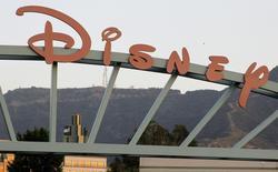 """Логотип на воротах Walt Disney Co в Бербанке, Калифорния 7 мая 2012 года. Анимационная сказка про принцессу от студии Walt Disney Co """"Холодное сердце"""" стала лидером проката США и Канады в минувшие выходные, отодвинув на второе место сиквел """"Голодных игр"""". REUTERS/Fred Prouser"""