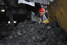 Сотрудник госкомпании PT Bukit Asam у конвейера в углем порту Тарахан в провинции Лампунг, Индонезия 20 августа 2011 года. Электроэнергетическая отрасль Юго-Восточной Азии будет повышать потребление угля за счет газа, стремясь сократить расходы, предполагают аналитики. REUTERS/Dwi Oblo