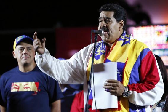 Venezuela's President Nicolas Maduro talks to supporters during a meeting at Plaza Bolivar in Caracas December 8, 2013. REUTERS/Carlos Garcia Rawlins