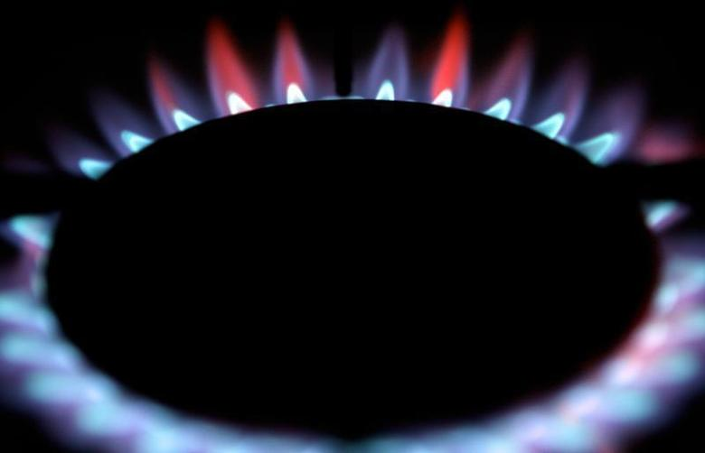 Gas burns from a ring on a domestic cooker in a home in Manchester, northern England February 13, 2006. Gas prices for domestic users in the UK are set to increase by up to 25 per cent. REUTERS/Phil Noble