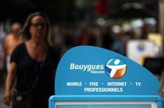 Bouygues Telecom va intégrer sans surcoût du très haut débit mobile dans ses forfaits. La filiale du groupe de BTP riposte ainsi au lancement la semaine dernière de l'offre 4G de Free, au risque de compromettre le redressement de ses marges. /Photo d'archives/REUTERS/Eric Gaillard