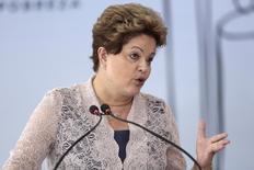 Presidente Dilma Rousseff fala durante a 16ª cerimônia de Premiação de Inovação da Finep no Palácio do Planalto, em Brasília, 4 de dezembro de 2013. O acordo de reforma do comércio global alcançado pela Organização Mundial do Comércio (OMC) no fim de semana é amplamente positivo para o Brasil, pois facilita o acesso de produtos brasileiros a mercados de todo o mundo, disse a presidente Dilma Rousseff no Twitter nesta segunda-feira. 04/12/2013 REUTERS/Ueslei Marcelino