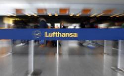 Lufthansa envisage de refondre son programme de fidélisation Miles & More dans le but d'accélérer la croissance de cette activité, dans la ligne de ce qu'ont déjà pu faire d'autres compagnies aériennes. /Photo prise le 11 mars 2013/REUTERS/Kai Pfaffenbach
