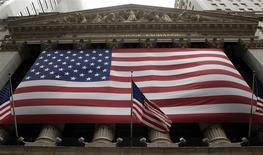 Les marchés d'actions américains ont ouvert en petite hausse lundi, portés par la publication d'une statistique chinoise encourageante, mais la tendance devrait rester sans relief alors que plusieurs déclarations de responsables politiques monétaires sont attendues. Quelques minutes après l'ouverture, le Dow Jones gagne 0,02%, le S&P-500 progresse de 0,16% et le Nasdaq prend 0,18%. /Photo d'archives/REUTERS/Chip East