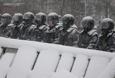 Солдаты внутренних войск под снегом на улице Киева 9 декабря 2013 года. Президент Украины, столица которой охвачена многотысячными протестами сторонников евроинтеграции, предложил оппонентам переговоры, в то время как силы МВД окружили тысячи остающихся в центре демонстрантов. REUTERS/Gleb Garanich