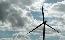 GDF Suez a annoncé que Crédit agricole Assurances allait entrer à hauteur de 50% au capital de sa filiale Futures Energies Investissement Holding (FEIH). Le groupe d'énergie indique que l'opération va permettre à GDF Suez de réduire son endettement net de 400 millions d'euros. /Photo d'archives/REUTERS/Régis Duvignau