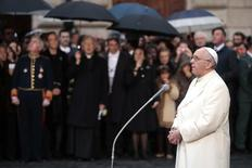 Pope Francis leads the prayer to celebrate the Immaculate Conception in Piazza di Spagna (Spain's Square) in downtown Rome December 8, 2013. REUTERS/Tony Gentile