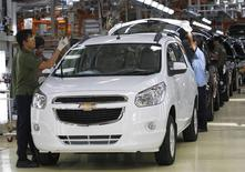Workers make final checks on new Chevrolet Spin MPVs at a General Motors plant in Bekasi, on the outskirt of Jakarta, in this February 19, 2013 file photo. REUTERS/Enny Nuraheni/Files