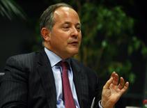O membro do Conselho Executivo do Banco Central Europeu Benoit Coeure gesticula durante entrevista à Reuters em Frankfurt. A inflação da zona do euro não tão inferior à meta do Banco Central Europeu (BCE) de logo abaixo de 2 por cento para que o banco deva usar artilharia mais pesada em busca de impulsionar os preços, disse Coeure. 26/02/2013. REUTERS/Ralph Orlowski