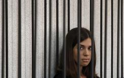"""Integrante da banda punk """"Pussy Riot"""" Nadezhda Tolokonnikova fotografada em uma cela durante audiência em um tribunal, em Saransk. As duas integrantes presas da banda punk de protesto Pussy Riot podem ser soltas e 30 pessoas que foram detidas durante um protesto do Greenpeace podem escapar da prisão como parte de uma anistia proposta pelo presidente russo, Vladimir Putin, disseram advogados nesta terça-feira. 26/07/2013. REUTERS/Sergei Karpukhin"""