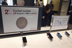 L'opérateur de téléphonie mobile Free intègre la 4G dans son abonnement de base à deux euros par mois sans engagement. La filiale d'Iliad avait déjà créé la surprise la semaine dernière en annonçant qu'il proposait la 4G - le très haut débit mobile - au même prix que la 3G pour son abonnement de référence à 19,99 euros par mois. /Photo d'archives/REUTERS/Charles Platiau