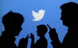 Après avoir gagné près de 10% lundi, un gain sans précédent, l'action Twitter a atteint en séance un record de 52,58 dollars, soit plus du double du prix de son introduction en Bourse en novembre. Sa valorisation dépasserait ainsi les 26 milliards de dollars. /Photo prise le 27 septembre 2013/REUTERS/Kacper Pempel