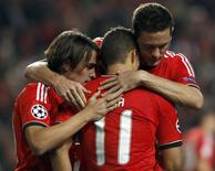 Benfica's Lima (L) is congratulated by team mates after scoring a penalty against Paris St Germain during their Champions League soccer match at Luz stadium in Lisbon December 10, 2013. REUTERS/Hugo Correia