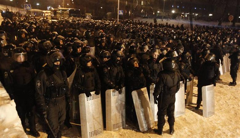 Riot police deploy on the street in front of barricades built by pro-European integration protesters at Independence Square in Kiev December 11, 2013. REUTERS/Vasily Fedosenko