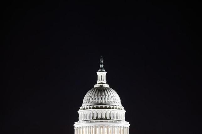 12月10日、米議会関係者によると、超党派委員会による予算協議は2年間の予算で合意。写真は連邦議会議事堂。10月撮影(2013年 ロイター/Jonathan Ernst)