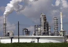НПЗ Valero St. Charles в Норко, Луизиана 15 августа 2008 года. Запасы нефти в США снизились за неделю, завершившуюся 6 декабря, на 7,5 миллиона баррелей до 370,3 миллиона баррелей, сообщил Американский институт нефти (API). REUTERS/Shannon Stapleton